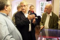 Hildemar Holl führt durch die Ausstellung im Stefan-Zweig-Centre