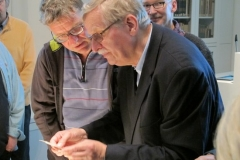 Holger Naujoks und Hildemar Holl betrachten einen Brief Stefan Zweigs
